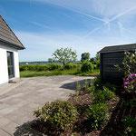 Großzügige Terrasse mit Schleiblick und direktem Zugang zum Badeplatz