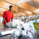 aufscheinden der Kunststoff-Sammelsäcke
