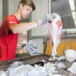 sortieren der Kunststoff-Sammelsäcke