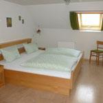 Schlafzimmer mit Doppelbett -  Babybett kann dazu gestellt werden