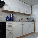Küche mit Geschirr, Töpfe, Wasserkocher, Toaster, Backofen, Kaffeemaschine, Eierkocher und Mixer