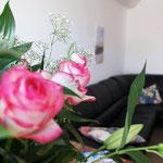 Auf der großen Couch in Apartment 8 kann man sich prima hinlümmeln