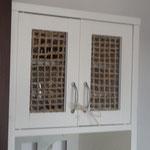 4/25 ガラスの割れた食器棚 麻マットで修復