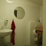 Bad mit Wickeltisch und Toilette