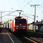 Nagelneu haupuntersuchte und neulackierte 189 006 mit Containergz in Dresden-Cotta
