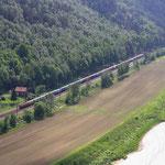 189 mit Containerzug im Elbtal zwischen Rathen und Wehlen