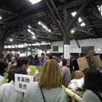 開催中の青果販売ブース
