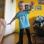 Jakob mit Papas Gummistiefel