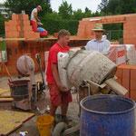 Lehrbua Daniel und Christian beim Zement Anrühren