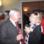 Bürgermeister Kindl gratuliert der Künstlerin Inge Kreuzer