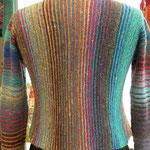 Rückenansicht der Norojacke, kraus gestrickt, jeweils 2 Reihen in einer Farbe