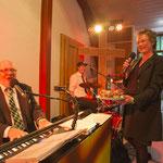 Sabine Langenbach singt mit den Gästen ein Happy Birthday