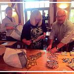 Das HTR-Team packt 220 Tüten für die Gäste. Hier drei von ihnen: Bianca App, Angela u. Fred Eisele.