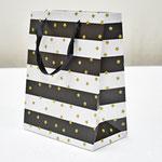арт. WK-A-1814S Пакет для подарков Золотые звезды чёрный/белый 23*18*10 см. Оптовая цена 45 руб.
