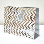 арт. BK1005-C3 Пакет для подарков Абстрактные зигзаги серебро 31*41*13 см. Оптовая цена 75 руб.