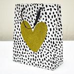 арт. QR029-D2 Пакет для подарков Сердце с блёстками золото/чёрный 32*26*12 см. Оптовая цена 65 руб.