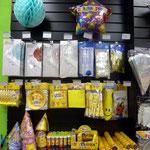 Праздничные аксессуары: бумажные шарики фонарики, горны, язычки гудки, тарелки, салфетки, хлопушки