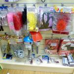 Бутафорские пистолеты, микрофоны, наручники, дамские подвязки с перьями, веера (для вечеринки в стиле гангстеров)
