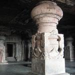 ジャイナ教の石窟 太い柱の彫刻も岩盤から彫り出す