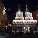 ヴァスクレンスキー門 赤の広場へ入る門 十三夜の月が煌々と照っている