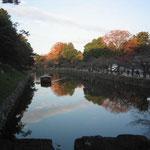 城のお堀 風流屋形船 堀に映る紅葉