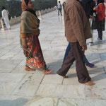タジマハルは霊廟 裸足で入場