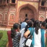 アグラ城見学の南インドの学生たち