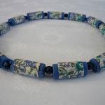"""KE1321, 66 cm, € 21,00 """"Blumenwiese"""" auf blauem Grund mit blauer Perle"""
