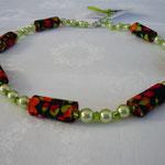 KE1318, 48 cm, € 13,00 Blüten auf schwarzem Grund mit Perlen