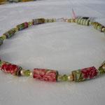 """KE1305, 64 cm, € 23,00"""" Holländische Nelken"""",   Perle mit grüner Glasperle"""