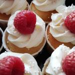 MIni Champagen Raspberry CupCake with RoseGold Accent, Lilian en Kevin, WeddingCake Den Bosch, Bruidstaart Den Bosch