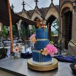 Blue WeddingCake with Real Flowers, Alieke en Paul Bruidstaart Den Bosch, Lokatie Kasteel Heeswijk