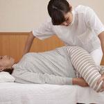 定期的なリハビリの施術前にリラクゼーション、身体に意識を向けるマインドフルネス瞑想を導入。