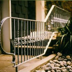 Geländer aus Schmiedeeisen als Abgrenzung zum Gartenteich