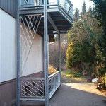 Balkon mit Kellerabganggeländer an einem Fertighaus