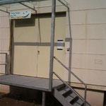 Andienungsrampe mit Glasdach und Treppe, Behindertengerecht