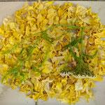 offene Werkstatt Gudwork, Teerosenblüten mit Steinklee und Schafgabe aus dem Garten