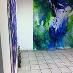 Blau-Grünes Bild 8 und Malerei von Gabriel Verbücheln in Ausstellungsansicht