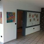 Malereien von Britta Lohmann und Judith Valeria in Ausstellungsansicht
