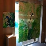 Ausstellungsansicht des doppelseitigen Blau-Grünen Bildes im Schaufenster und dem kleinformatigen Blau-Grünen Bild, das auch als Plakatmotiv diente