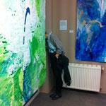 Ausstellungsansicht des doppelseitigen Blau-Grünen Bildes im Schaufenster und des Blau-Grünen Bildes 3