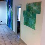 Blau-Grünes Bild 8 und Malereien von Melina Marciniak in Ausstellungsansicht