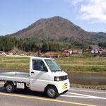 4月19日:龍頭 山も田植えの準備を見守ってます
