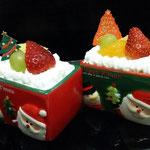 試作品のカップケーキ、カップ内はスポンジ3層+カスタードクリーム+イチゴソース+ゼリー+フルーツ