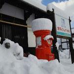 道の駅どんぐり村・さんさ市、トトロの石像は雪で見えない~!!ポストは雪帽子がぶってる!!