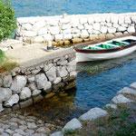 Bouches de Kotor: de minuscules abris accueillent 1 ou 2 barques