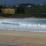 Sur la plage de Ballinskelligs, le vent fait fumer la crête des vagues