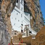 La façade du monastère lui-même encastré dans la paroi rocheuse
