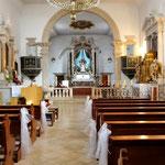 Nin, l'église St Anselme est parée pour un mariage