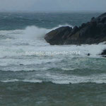 Le vent soulève les vagues sur la côte de St Finan's Bay